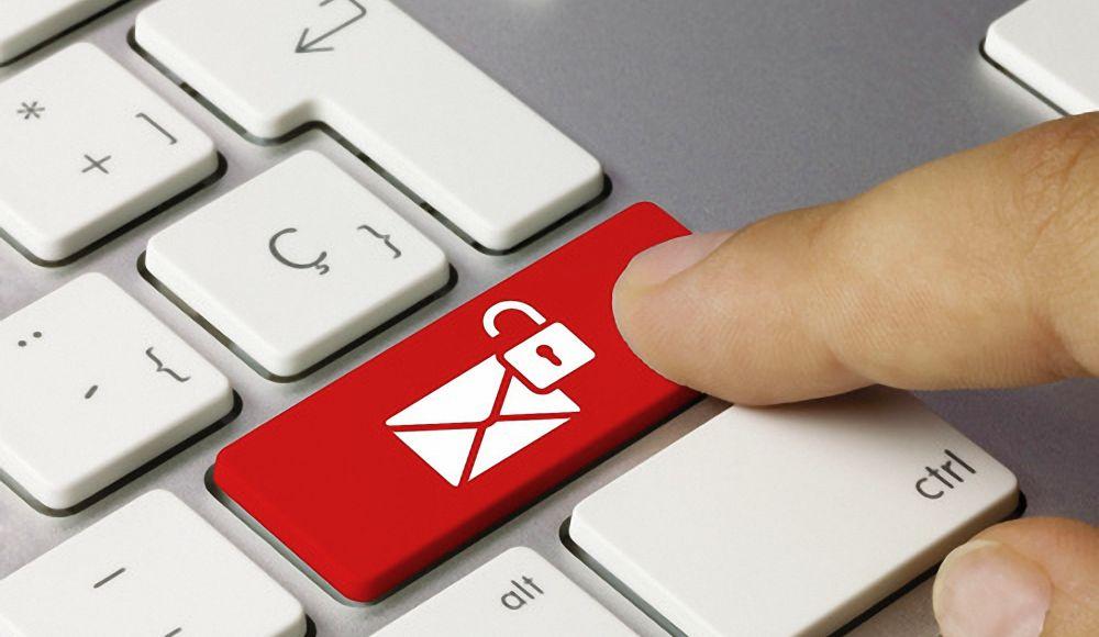 ©momius-stock.adobe.com - Tastatur mit Abbildung eines Briefumschlags und geöffnetem Schloss